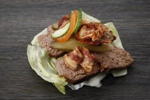 pasztet drobiowo wieprzowy na kanapce z sałatą lodową i dodatkiem z podsmażonego boczku