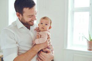 szczęśliwy mężczyzna bo wyleczył potówki u niemowlaka