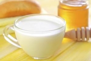 mleko z miodem na przeziębienie, lek na grypę