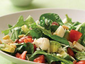 Sałatka zielona dieta z awokado świeżym szpinakiem i papryką